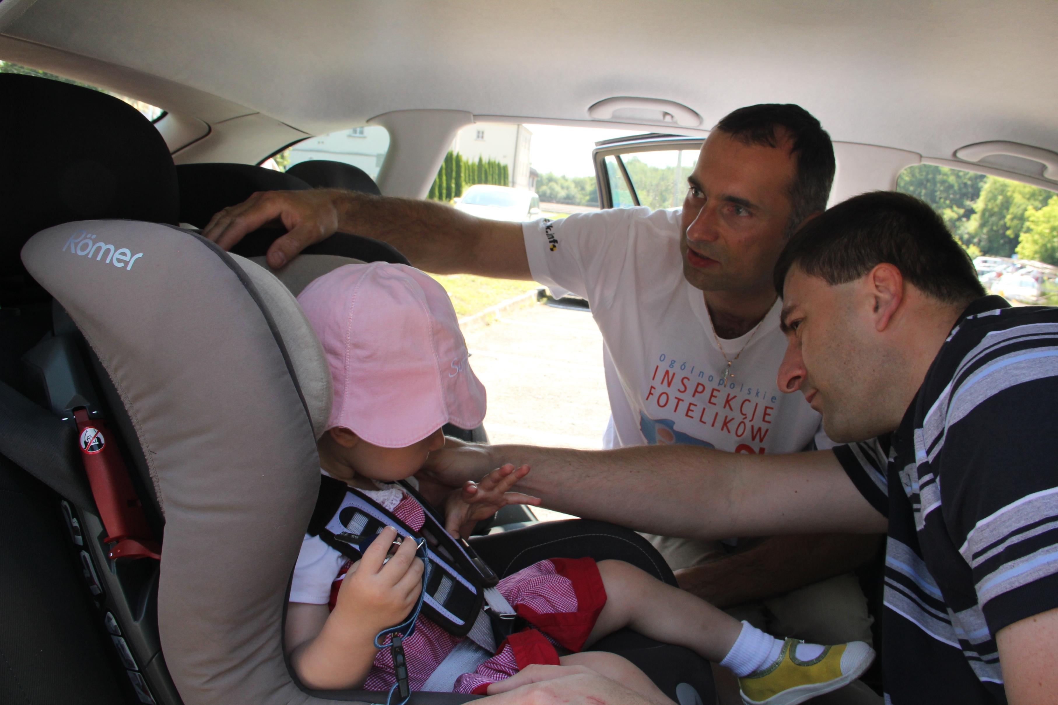 Inspekcja fotelika w samochodzie, Paweł Kurpiewski podczas inspekcji