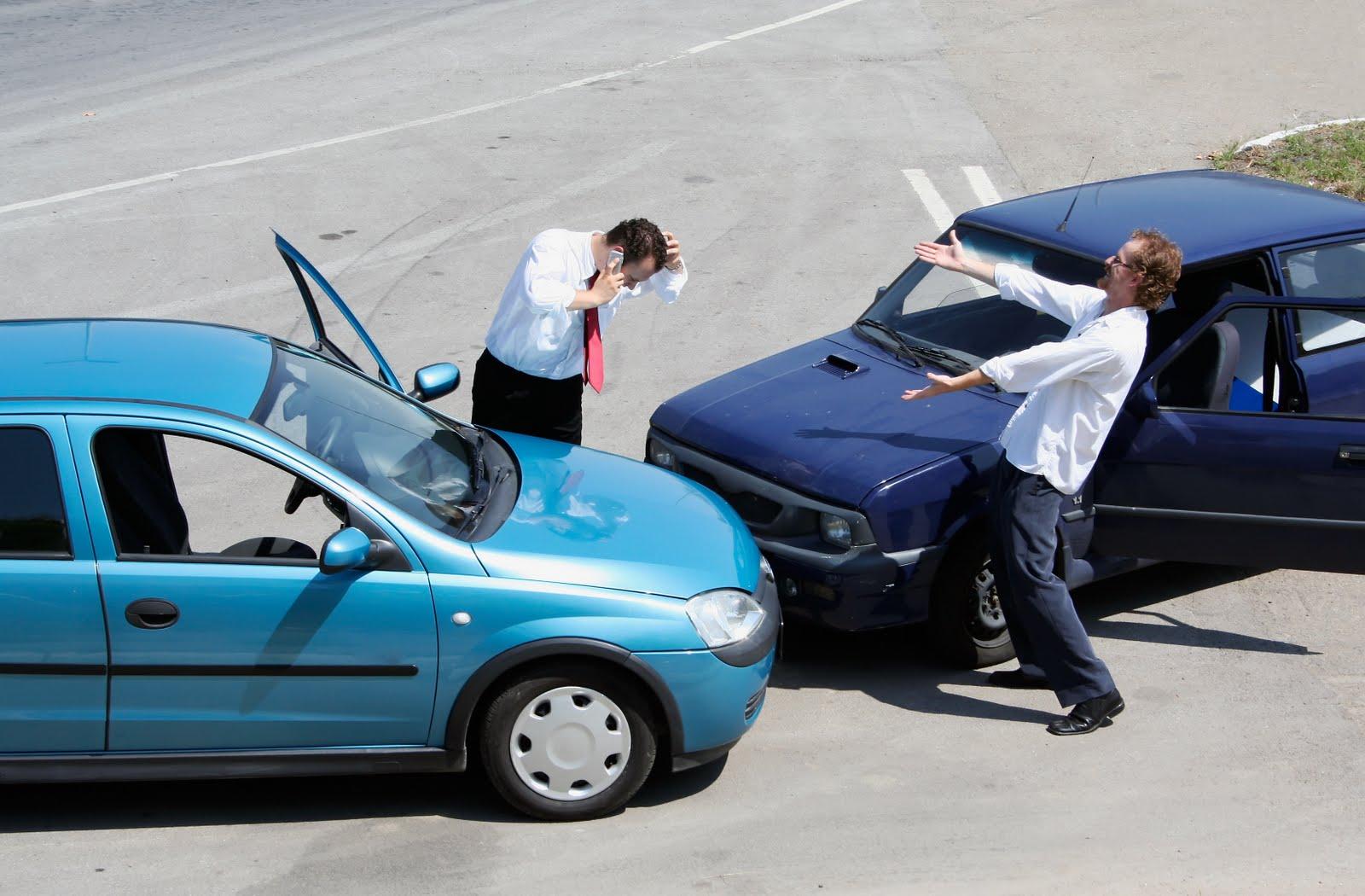 Na zdjęciu zderzenie dwóch samochodów