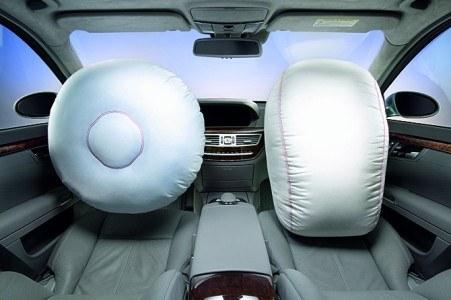 Na zdjęciu widoczne otwrate poduszki powietrzne dla kierowcy i pasażera