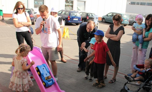 Paweł Daniluk oprócz inspekcji fotelików często prowadzi także edukacyjne zabawy dla najmłodszych