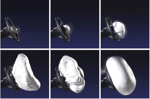 Wybuchająca poduszka powietrzna osiąga prędkość 300km/h - kontakt z nią przed pełnym otwarciem może być skrajnie niebezpieczny.