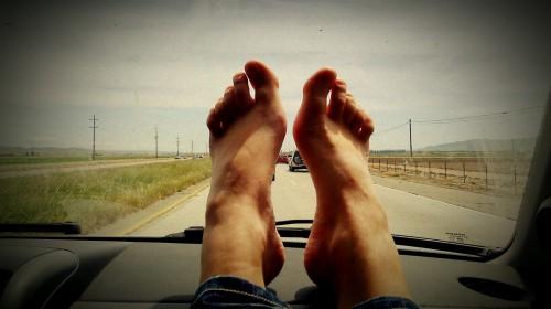 Trzymnie nóg na desce rozdzielczej w przypadku wybuchu poduszki powietrznej może się źle skończyć...