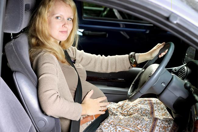 Poprawny przebieg pasa bezpieczeństwa u kobiety w ciąży