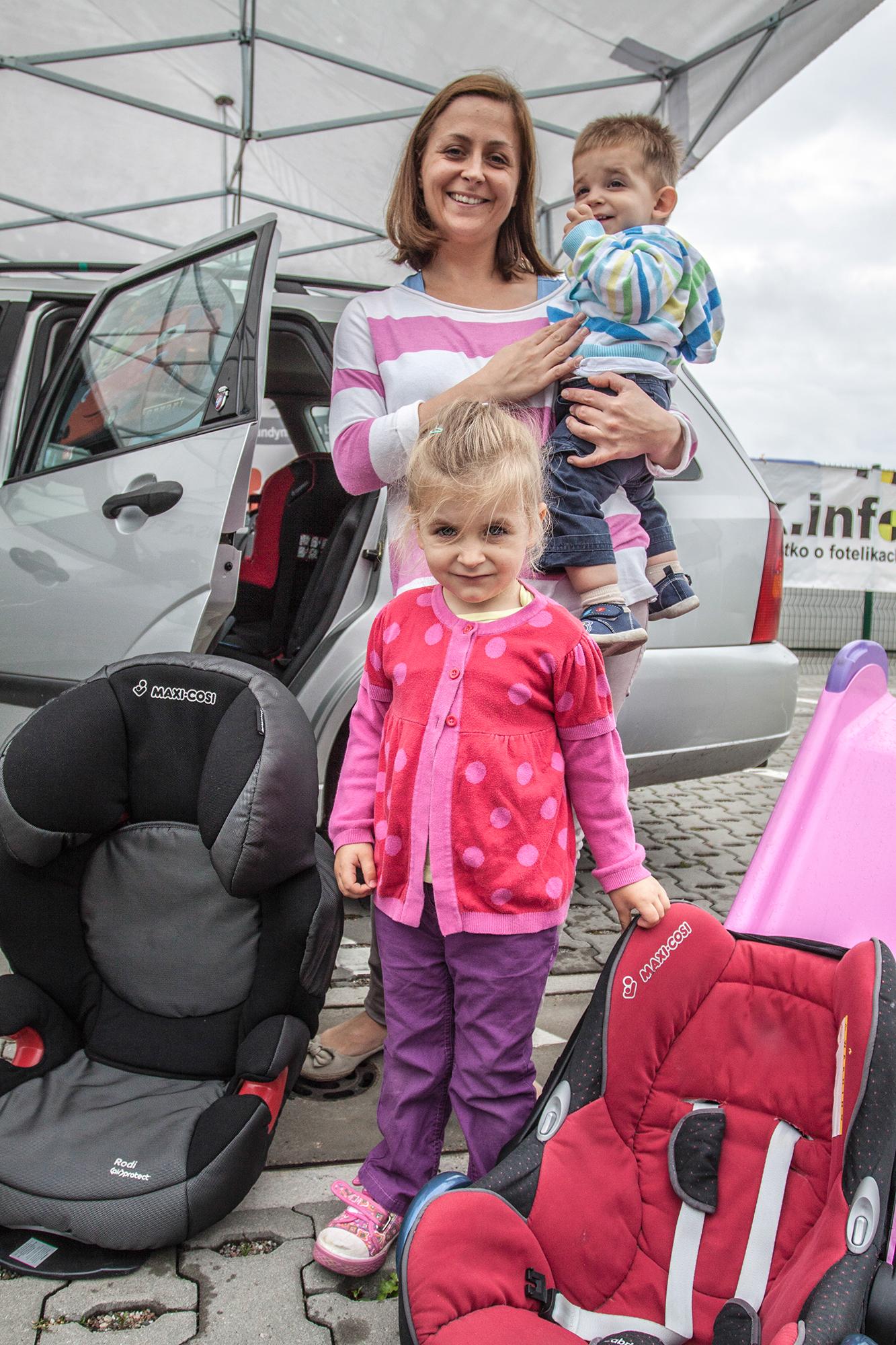 Uśmiechnięta rodzinka, już podróżuje bezpiecznie!