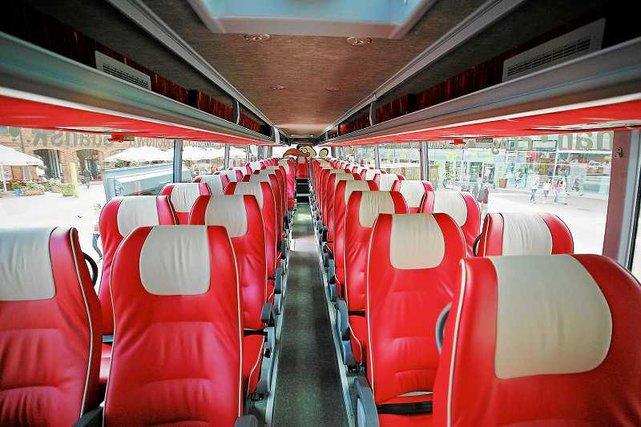 Nowoczesne wnętrze Polskiego Busa. Autobusy tej linii wyposażone są w 3-punktowe pasy bezpieczeństwa.