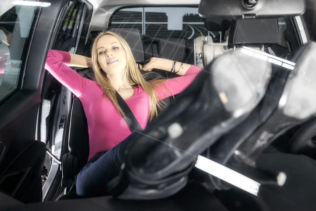 Dlaczego dziewczyny leżą w samochodach z nogami na desce rozdzielczej...? Zgadnij i napisz w komentarzu jakie były najczęstrze odpowiedzi.