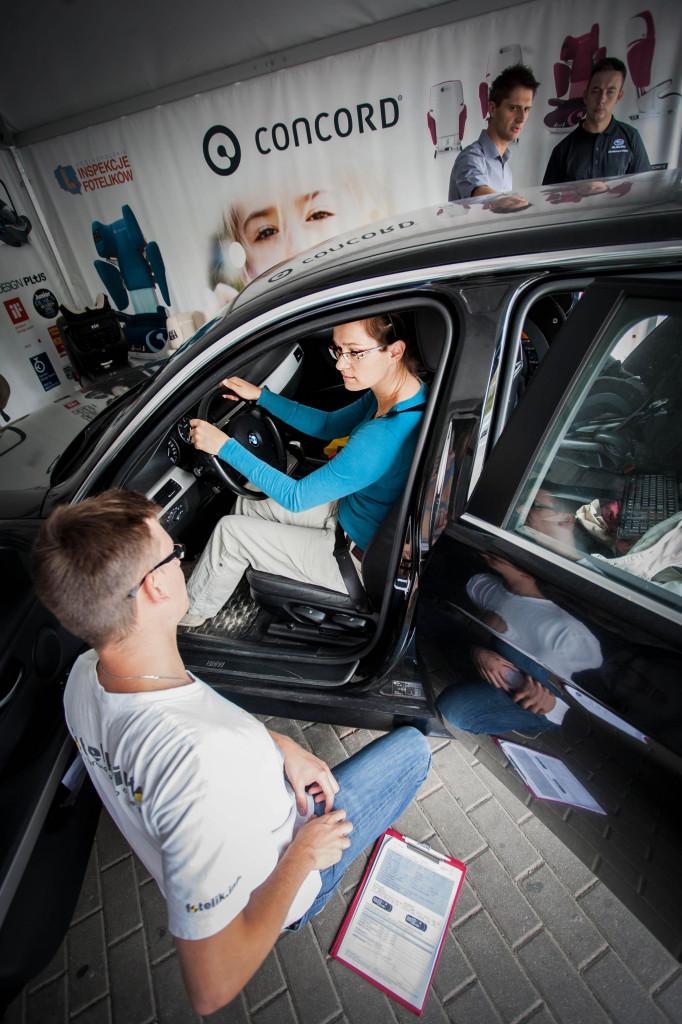 A na koniec instruktaż poprawnego zapięcia pasów bezpieczeństwa, ustawienia zagłówka i korekcja pozycji za kierownicą.