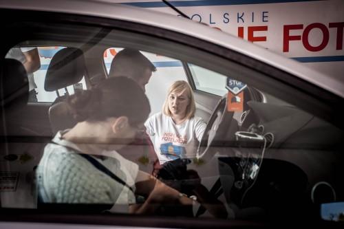 Paulina Zielińska podczas inspekcji pasów bezpieczeństwa i zagłówków