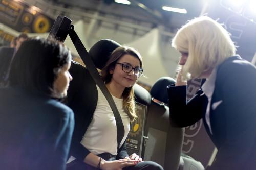 Przedstawiciele BRITAX RÖMER w trakcie instruktażu poprawnego zapinania pasów bezpieczeństwa prowadzonego przez Annę Markowską.