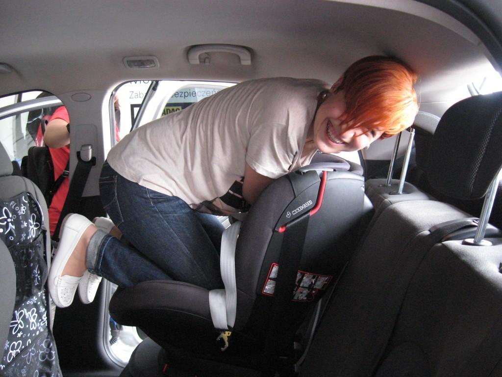 OIF2015 montaz fotelika samochodowego przy uzyciu kolana IMG_0218
