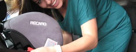 Montaż fotelika z kolana – każda mama potrafi pancernie zamontować fotelik w samochodzie!