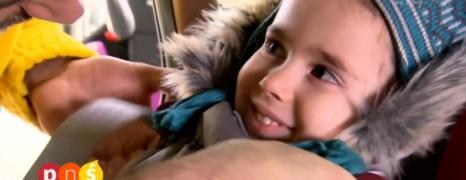Wozisz dziecko w foteliku w kurtce – TO BŁĄD! Zobacz VIDEO