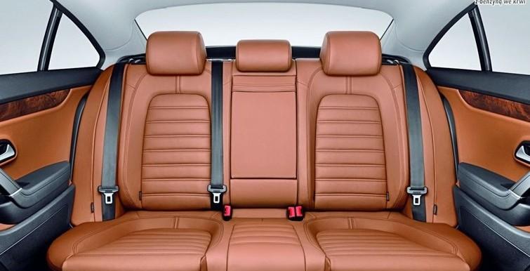 Najbezpieczniej za kierowcą, pasażerem, czy na środku?