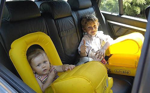 """Dmuchane """"foteliki samochodowe dla dzieci"""""""