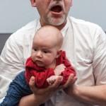 1001 sposobów na akrobacje z dzieckiem na rękach. Paweł to potrafi najlepiej!
