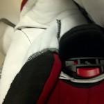 Na godzinie 10 (w lewym górnym rogu) widoczny otwór w skorupie fotelika z wkładką SI-PAD chroniąca miednicę dziecka.