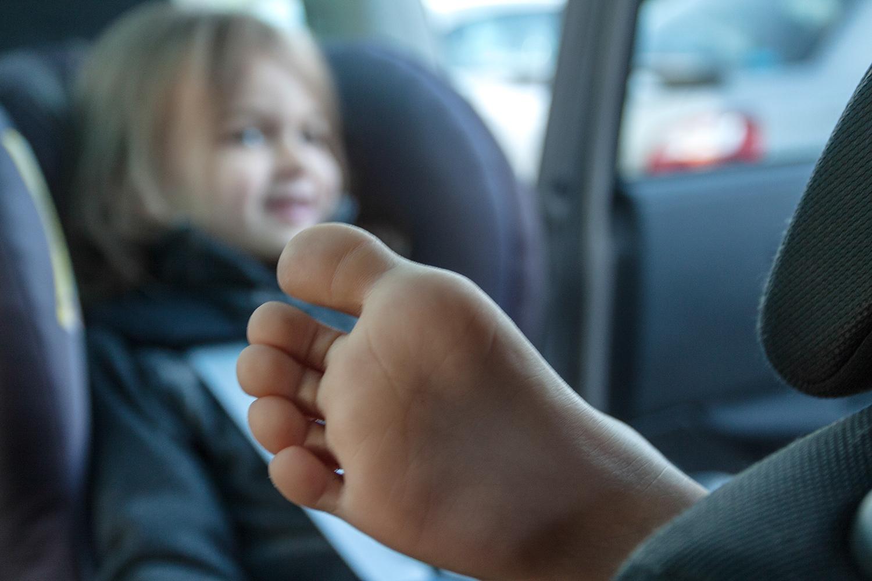 Co zrobić z nogami w fotelikach RWF? Wydumane problemy rodziców.