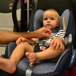 k mocno zapiąć dziecko w foteliku? Test skubnięcia