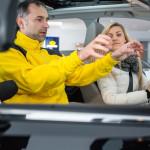 """Jak poprawnie ułożyć ręce na kierownicy? Nauka całkiem nie """"przy okazji"""""""