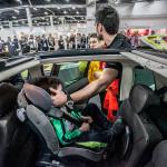 Kamil Kasiak pokazywał w jaki sposób powinno się wyciągać dziecko z fotelikiem z rozbitego samochodu.
