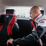 Kajetan uczył się jak poprawnie montować foteliki samochodowe - LOTOS Mistrzowie w pasach