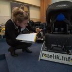 Uczestnicy szkolenia poznawali wszelkie tajniki montażu fotelików.