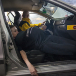 Inscenizacja wypadku drogowego - niezabezpieczona pasem kobieta wypadła z pasów.