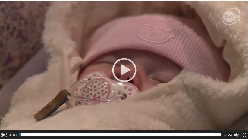 Portale straszą rodziców, że ich niemowlę udusi się w foteliku samochodowym – czy to prawda? Zobacz film