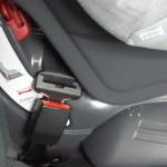 Długie cięgno zamka pasa bezpieczeństwa powoduje niebezpieczeństwo wystąpienia buckle crunch.