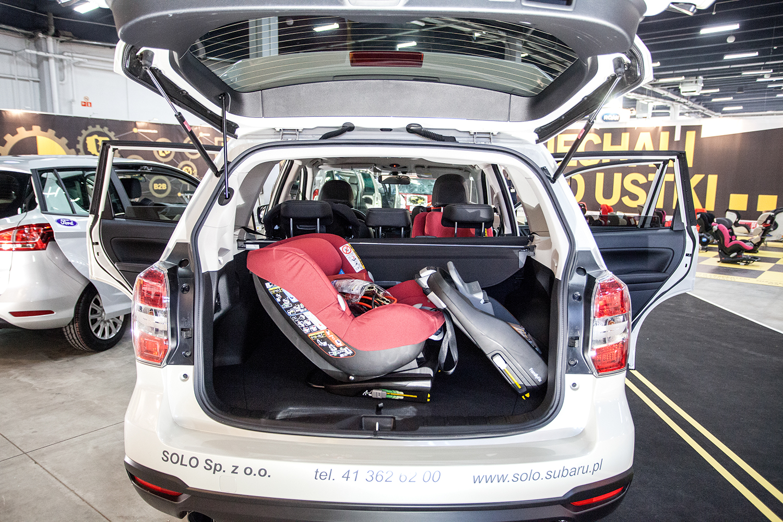 Maxi-Cosi 2way Pearl z bazą Family Fix w bagażniku Subaru Forester