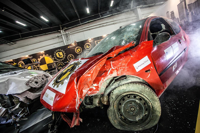 Zderzenie dwóch samochodów na Targach Czas Dziecka 2014