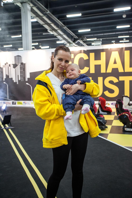 Na zdjęciu Marta Jarosz z dzieckiem podczas trwania targów Czas Dziecka 2014