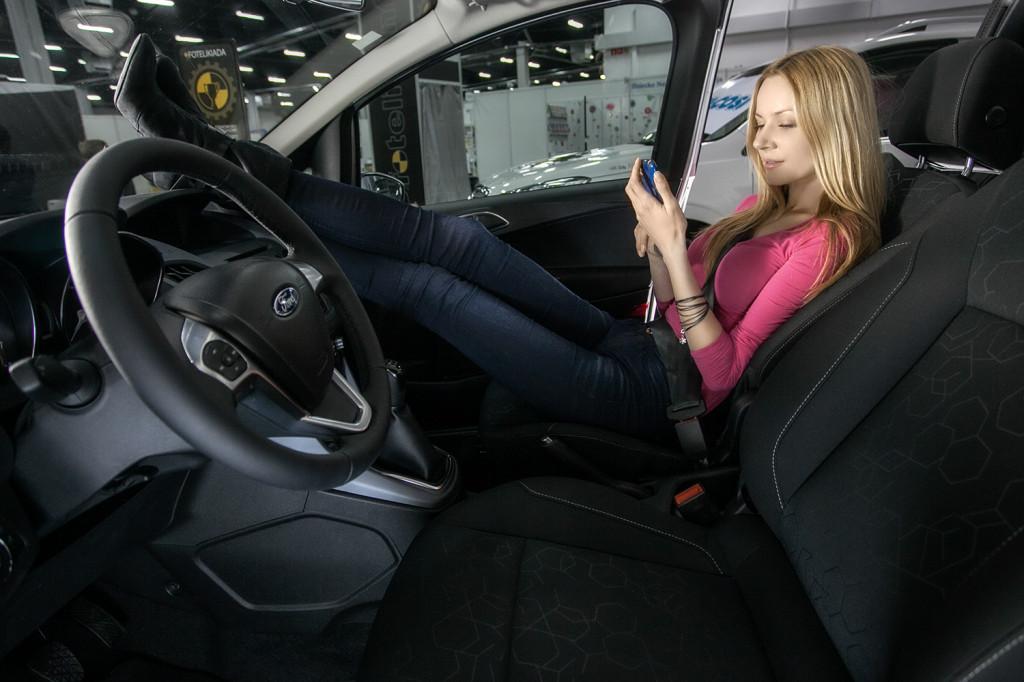 Dlaczego dziewczyny leżą w samochodach z nogami na desce rozdzielczej...? Wyniki ankiety niebawem!