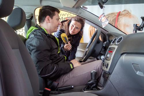 Nie tylko my pytaliśmy rodziców jak im się podobało. Na zdjęciu Agnieszka Wyderka z radia RMF FM w rozmowie z rodzicem po inspekcji.