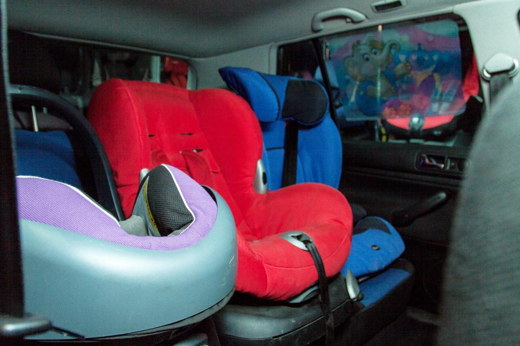 Montaż 3 fotelików na tylnej kanapie samochodu jest możliwy. Wystarczy je odpowiednio dobrać i poprawnie zamontować. (fot. Punkt Doboru Fotelików, Warszawa)