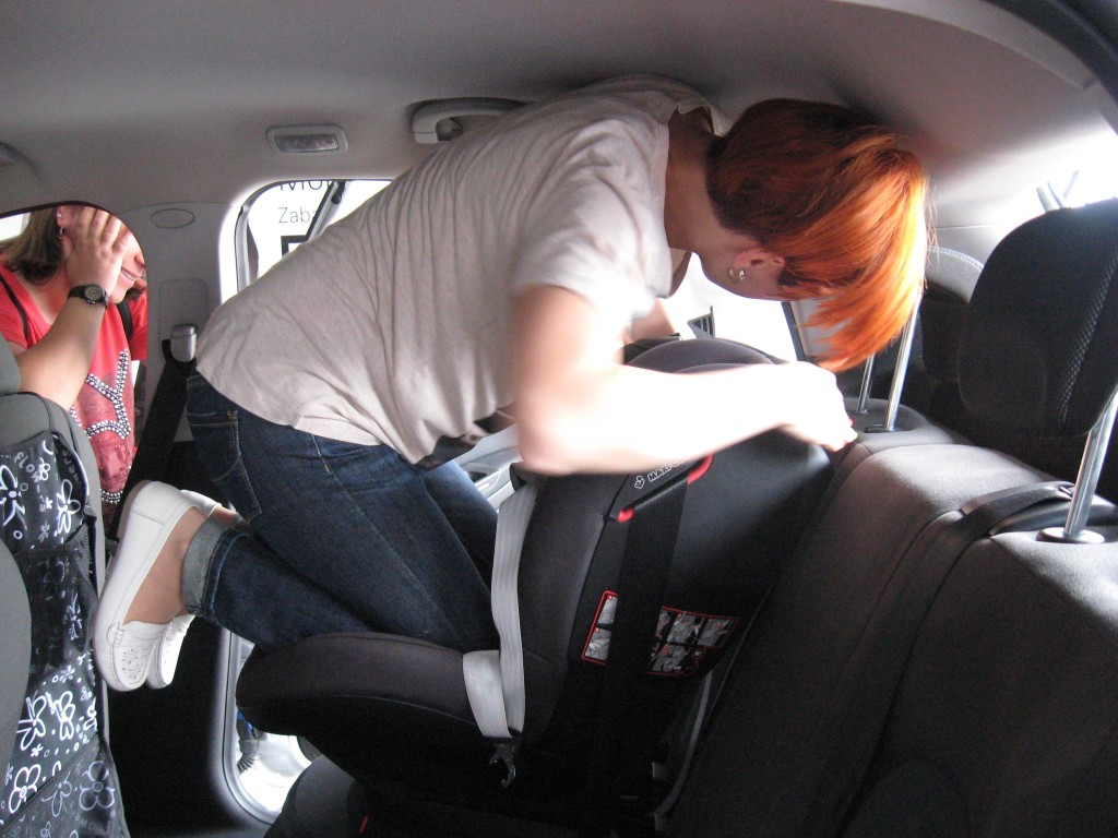 OIF2015 montaz fotelika samochodowego przy uzyciu kolana IMG_0217